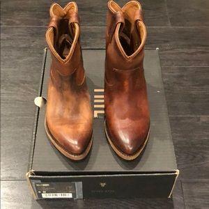 Frye Billy boot short in Cognac